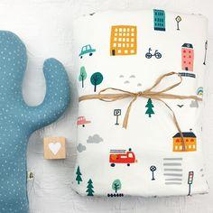 Hier siehst Du eine Vorauswahl an Geschenke Sets mit Gelber Knopf Einzelstücken. Falls Du ein Geschenk für Dich selber oder für Freunde suchst, bist Du hier genau richtig!  Die fertig zusammengestellten Sets hier, diene als Inspiration.  Für mehr bitte auf www.gelberknopf.de gehen und stöbern!   #geschenke #baby #schenken #gelberknopf Wanderlust, Inspiration, So Cute, Happy Holidays, Diy, Blankets, Fabric Crown, Postcards, Yellow