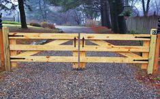 Driveway Fence, Wood Fence Gates, Driveway Entrance, Front Yard Fence, Farm Fence, Diy Fence, Fence Landscaping, Backyard Fences, Fence Ideas