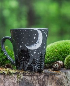 Personalized crescent moon forest with constellation mug - Shewolfka - Unique illustrated moon forest mug with optional astrology constellation. Starry night and crescent - Ceramic Painting, Ceramic Art, Pottery Painting Ideas, Porcelain Ceramic, Coffee Cups, Tea Cups, Cute Mugs, Constellations, Tea Set