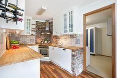 Kjøkkenet har en praktisk løsning med god skap- og benkeplass og hvitevarer…