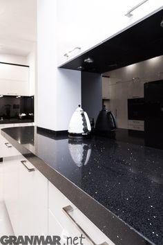 Blat kuchenny z konglomeratu kwarcowego Stardust Nero #kitchentop #quartz #kitchen