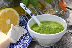 ZELF PESTO GENOVESE MAKEN.40 blaadjes verse basilicum (± halve plant) - 1 teentje knoflook 1 - eetlepel pijnboompitjes (even roosteren in de koekenpan) - 6 eetlepels olijfolie extra viergine - 80 gram Parmezaanse kaas of een combinatie van Parmezaan en Pecorino - eetlepel citroensap - zout en peper