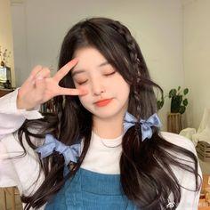 Korean Beauty Girls, Cute Korean Girl, Kawaii Hairstyles, Cute Hairstyles, Korean Hairstyles, Light Makeup Looks, Hair Clasp, Beautiful Girl Makeup, Hair Reference