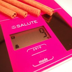 SALUTE solar kitchen scale .I think this pink body is good  match with spices .  鮮やかなピンク色のボディは、シナモン等スパイスと相性がいいですね。(見た目の話ですが)