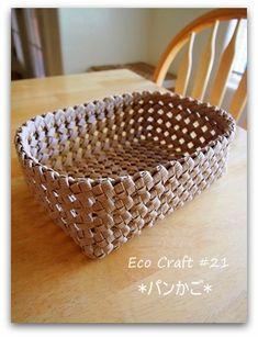~~エコクラフト#21「石畳あみのパンかご」~~参考にしたレシピは、友人から借りてコピーさせてもらったこの本から・・・まず底面を編んで→続いて側面→縁の始... Birch Bark Crafts, Diy And Crafts, Arts And Crafts, Bamboo Architecture, Craft Bags, All Craft, Basket Weaving, Decorative Bowls, Crafty
