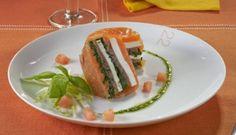 Milhojas de salmón ahumado, queso fresco y espinacas