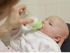Das Tolle am Milchfläschchen geben ist: Das können Mama und Papa, Oma und Opa oder sogar ein Babysitter. Was Ihr beim Zubereiten unbedingt wissen solltet und was für Euer Baby wichtig ist, könnt Ihr in unserem Video sehen. Dannach seid Ihr garantiert die Profis.