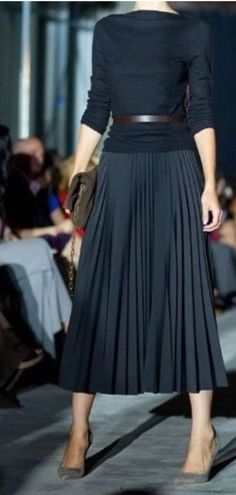 From work dresses and skirts to jackets and pants, you will discover stylish work outfits with your Mode Outfits, Skirt Outfits, Casual Outfits, Black Pleated Skirt Outfit, Office Skirt Outfit, Sweater Skirt Outfit, Winter Office Outfit, Black Skirts, Skirt Belt