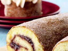 Här hittar du ett riktigt gott recept på rulltårta med sylt! Rulltårtan är god att servera som den är eller förvandla till rulltårtsbakelse med grädde och bär, men kan även kan varieras med olika fyllningar, som choklad, lemoncurd och nutella. Du kan också baka en klassisk drömrulltårta med fyllning av smörkräm och med choklad i smeten – i vårt sökfält hittar du goda recept på alla sorts rulltårta du kan tänka dig!