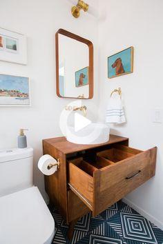 L'horreur de cette salle de bain (avant rénovation) était intense et j'étais dans le déni. Bien sûr, je savais que c'était TERRIBLE et je me suis excusé auprès de tout nouveau venu, mais pendant quelques années, je n'ai pas pu vraiment m'y attaquer - émotionnellement, physiquement et financièrement. Voici à quoi cela ressemblait lorsque nous avons déménagé pour la première fois… En savoir plus Mid Century Bathroom Vanity, Black Vanity Bathroom, Mid Century Modern Bathroom, Small Bathroom, Bathroom Vanities, Bathroom Sets, White Bathroom, Mirror Bathroom, Silver Bathroom