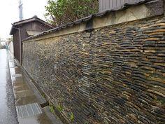 紀伊田辺の美しすぎる塀 - まちかど逍遥 Zen Master, Yamagata, Mood Images, Dry Stone, Roof Tiles, Wall Patterns, Tile Art, Brick Wall, Exterior