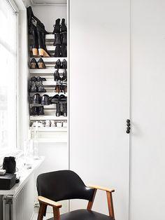Kolla handtaget gjort av träkulor I bild via Stadshem Wardrobe Closet, Closet Space, Walk In Closet, Modern Interior, Modern Furniture, Interior Design, Shoe Wall, My Ideal Home, Hanging Rail