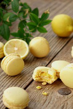 The recipe for lemon macaroons. Lemon Macaroons, Vanilla Macarons, French Macaroons, Macaron Nutella, Ganache Macaron, Macaroon Recipes, Cupcake Recipes, Cookie Recipes, Lemon Recipes