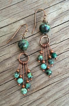 Schmuck selber machen: Ohrringe mit runden Türkissteinen und Schmuckdraht in Bronzefarbe