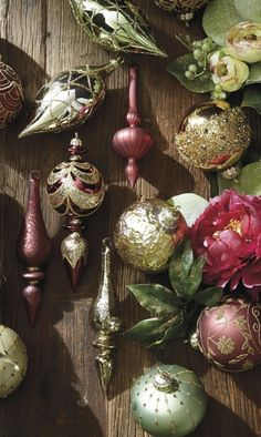 With beautifully varied finishes, our exclusive Marsala and Mint 60-Piece Ornament Collection conveys the fresh elegance of soft, contemporary tones.