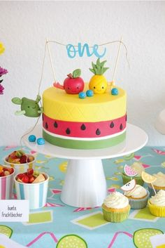 DIY: eine Tutti Frutti Torte mit lustigen Früchten als Caketopper A DIY instruction for a cake in pineapple and watermelon look with colorful fruits as a cake topper for easy imitation … Fruit Birthday Cake, Watermelon Birthday, Summer Birthday, Birthday Parties, 2nd Birthday, Birthday Ideas, Tutti Frutti, Bolo Picnic, Tutti Fruity Party