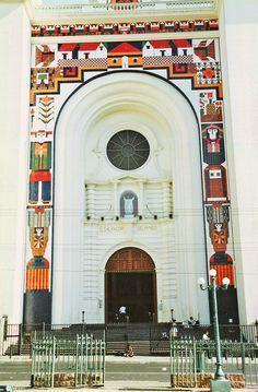El Salvador - Catedral de San Salvador antes de la destruccion del Mural que hizo Fernando Llort