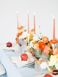skurrile Tablescape mit Orangen- und Mandarine-Kerzen und Blumen