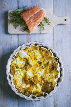 La frittata al forno con salmone e ricotta è una bontà leggera ma molto gustosa, perfetta per una tavolata tra amici ogni volta che desideri!