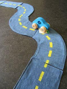 Schöne Jeans upcycle Idee, Straßenteile zum bauen und mitnehmen (ohne anLeitung) Mamarina: Ik recykleer; jeansrok plus hemd wordt kinderspeelgoed