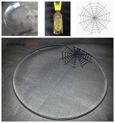 La peinture DIAM'S 3D tient sur le verre ! Toile d'araignée réalisée avec la couleur Brillant Noir. Idée : Valérie de Passion Déco ! Passion Deco, Plates, Facebook, Halloween, Tableware, 3d Painting, Drinkware, Toile, Color