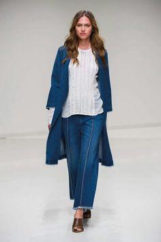 il trench non puo mancare nel guardaroba di stagione. quest anno #stefanel lo propone in jeans per un look dal gusto vintage ma fresco e attuale. #stefanelvigevano #vigevano #lomellina #piazzaducale #trendy #shopping #negozio #shop #springsummer2016 #collection #outfits #outfitoftheday #lookdonna