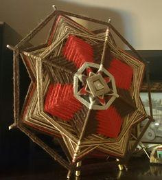 Mandala inspirada na cultura Huichol, leve e delicada confeccionada em varetas e fios de lã em tons de marrom e bordo, traz sensação de estabilidade, credibilidade. <br> <br>* Os objetos que compoe a foto não estão a venda