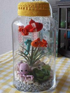 Amigurumi aquarium Could be crocheted or upcycled from a gloveCrochet sea life scene, set in a jar.Love this only I'd have a less 'gold' lid and more grey and I'd make the red fish blue. Crochet Fish, Crochet Home, Crochet Gifts, Cute Crochet, Crochet Flowers, Crochet Amigurumi, Amigurumi Patterns, Crochet Dolls, Crochet Patterns