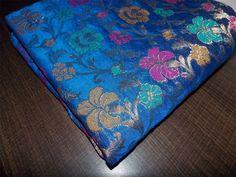 Royal Blue et Golden Chanderi tissu de soie avec Mergenta, jaune et Tarquish Floral Tissage Banarasi tissu de soie  Inscription pour une cour de tissu. Largeur du tissu est de 44 pouces.  Vous...