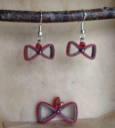 Ces boucles d'oreille et ce pendentif sont réalisés en bandelettes de papier roulé, agrémentées d'un strass. Mes créations sont protégées par une couche de vernis, il est c - 19711046