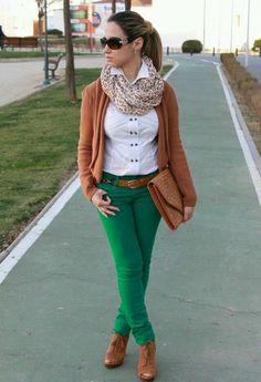 Seleccionamos algunas ideas para combinar pantalones de colores con mucho estilo.