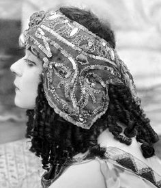 Theda Bara in Cleopatra (and now I am off to get ready for my day! Loads of friends in town for the Grammys! Silent Film Stars, Movie Stars, Vintage Photographs, Vintage Photos, Popular Actresses, Belly Dancers, The Vamps, Vintage Beauty, Vintage Style