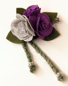 Spilla in panno e feltro viola-grigio su www.alittlemarket.it