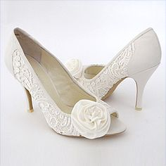 Elegant lace wedding shoes & designer ivory bridal shoes. An Exquisite bridal shoe for classic, tailored bridal gowns.