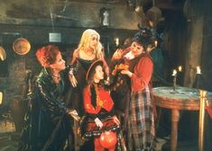 Looking for cool halloween fancy dress ideas? Get your inspiration from these female horror film characters Película Hocus Pocus, Hocus Pocus Disney, Hocus Pocus 1993, Hocus Pocus Movie, Hocus Pocus Witches, 31 Nights Of Halloween, Halloween Movies List, Halloween Fancy Dress, Fall Halloween