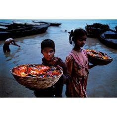 "18.1 k mentions J'aime, 94 commentaires - Steve McCurry (@stevemccurryofficial) sur Instagram : ""​Located on the banks of the Ganges river, Varanasi is an important place of pilgrimage for Hindus.…"""
