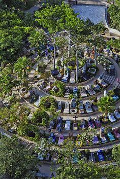 Descubre los caminos y senderos del Cementerio Mexicano de Xcaret a través de sus 365 tumbas.