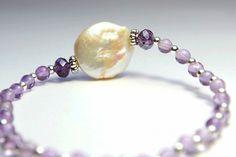 Ref. 3111 Pulsera de perla disco con bolas de amatista y cristal de roca morado.
