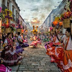 Esto es un poquito de lo que se disfruta en Oaxaca y tu que esperas? ✨ Invito a @yuerms al reto #MexicoColores #Instamx_tradiciones