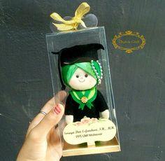 Boneka wisuda flanel 15cm + box mika
