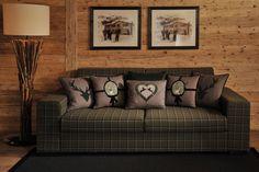Urige Stimmung bringst du mit dieser Couch definitiv in jedes Wohnzimmer. Foto: FINE Sofas, Cushions, Couch, Throw Pillows, Bed, Fabric, Design, Furniture, Mountain