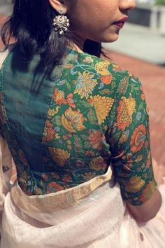 blouse designs latest Imperative design floral art with cultural blouse look Simple Blouse Designs, Stylish Blouse Design, Saree Blouse Patterns, Fancy Blouse Designs, Designer Blouse Patterns, Blouse Neck Designs, Latest Blouse Designs, Kalamkari Blouse Designs, Sari Bluse