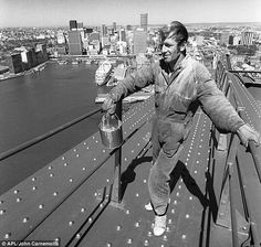 Paul Hogan at work on the Sydney Harbour Bridge as a painter in the early Sydney, Australia. Image from the Daily Mail. Old Pictures, Old Photos, Vintage Photos, Shrimp On The Barbie, People Of Interest, Working People, Historical Images, Tour Eiffel, Sydney Australia