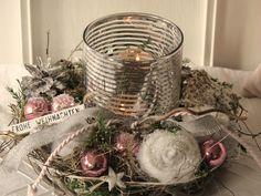 Kleiner Adventskranz    Der graubraune Rattankranz wurde mit weißen Filzrosen, künstlichen Koniferen, rosafarbenen Weihnachtskugeln, geweißten Nüssen und Zapfen, Kordel und Glitzerband, vielen...