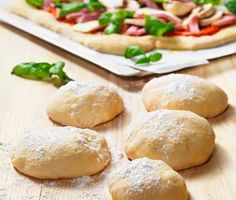 Här är receptet för att få till en riktigt bra pizzabotten. Allt du behöver är vatten, jäst, olja, salt, mjöl och lite tid. Hemligheten till denna förtjusande pizzadeg är den långa jästiden.