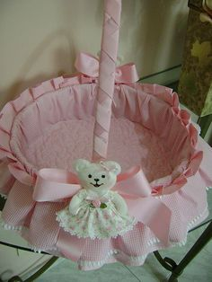 Explore Costura com Arte .'s photos on Flickr. Costura com Arte . has uploaded 1156 photos to Flickr. Baby Crib Diy, Baby Cribs, Diy Crafts Hacks, Diy And Crafts, Baby Going Home Outfit, Wedding Gift Baskets, Decorated Gift Bags, Trousseau Packing, Baby Baskets