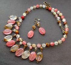 Conjuntos.  collar.  aretes.  Cuarzo sandía.  Las piedras preciosas.  Cuarzo.  piedras.  detalles en bronce.