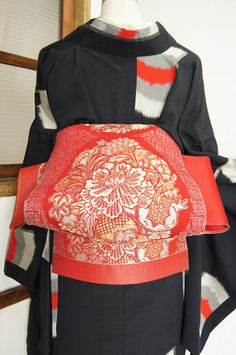 The knot was created at the time of the festive opening ceremony of the… Yukata Kimono, Kimono Fabric, Traditional Japanese Kimono, Traditional Dresses, Japanese Textiles, Japanese Patterns, Geisha, Modern Kimono, Kimono Design