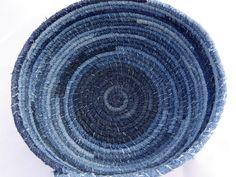 Die perfekte dekorative Speicherlösung, diese große Upcycled Jeans ist aufgerollter Stoff Korb schöne als auch funktional, erstellt mit verschiedenen Schattierungen von Denim-Baumwollgewebe Streifen Hand umwickelt Baumwolle Wäscheleine für Stärke und Haltbarkeit dann Maschine geformt und gesteppte mit blauen Jeans Baumwollfaden. Diese große Stoff-Schale ist fertig mit einem gewickelten Akzent und 34 Pacific Opal Swarovski-Kristallen. Vor Ort reinigen nach Bedarf.  Größe: 8 base-X 10…