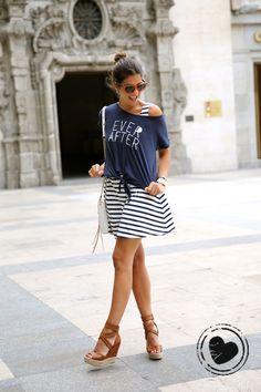 Look navy moderninho: vestido listrado + t-shirt customizada + sandália + bolsa de alça longa + óculos + brincos